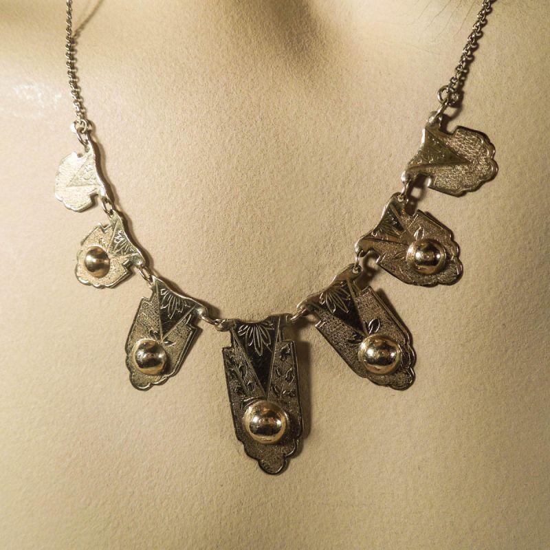 Vintage skønhed af hals-smykke i guld!