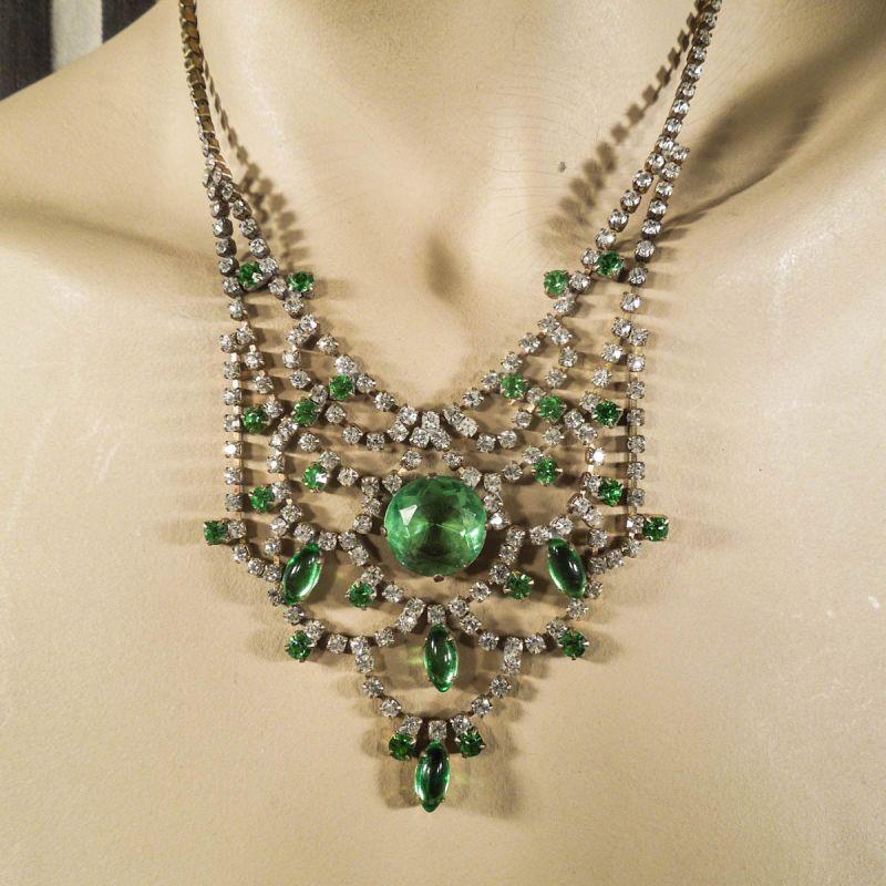 Vintage simili smykkesæt med smukke grønne & klare sten!