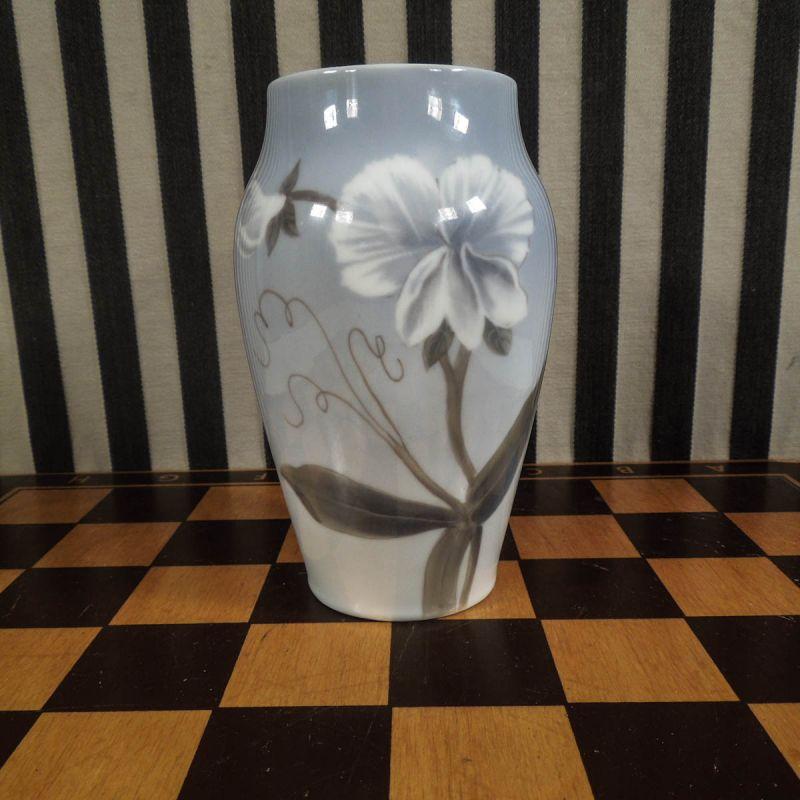 Meget smuk antik vase med motiv af ærteblomster fra Royal Copenhagen. (15 cm.)