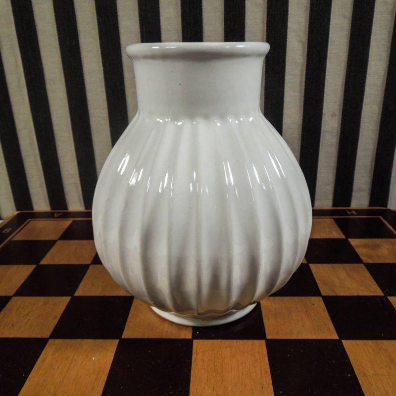 Lækker vintage vase i hvid, rillet keramik! Højde: 15,5 cm.