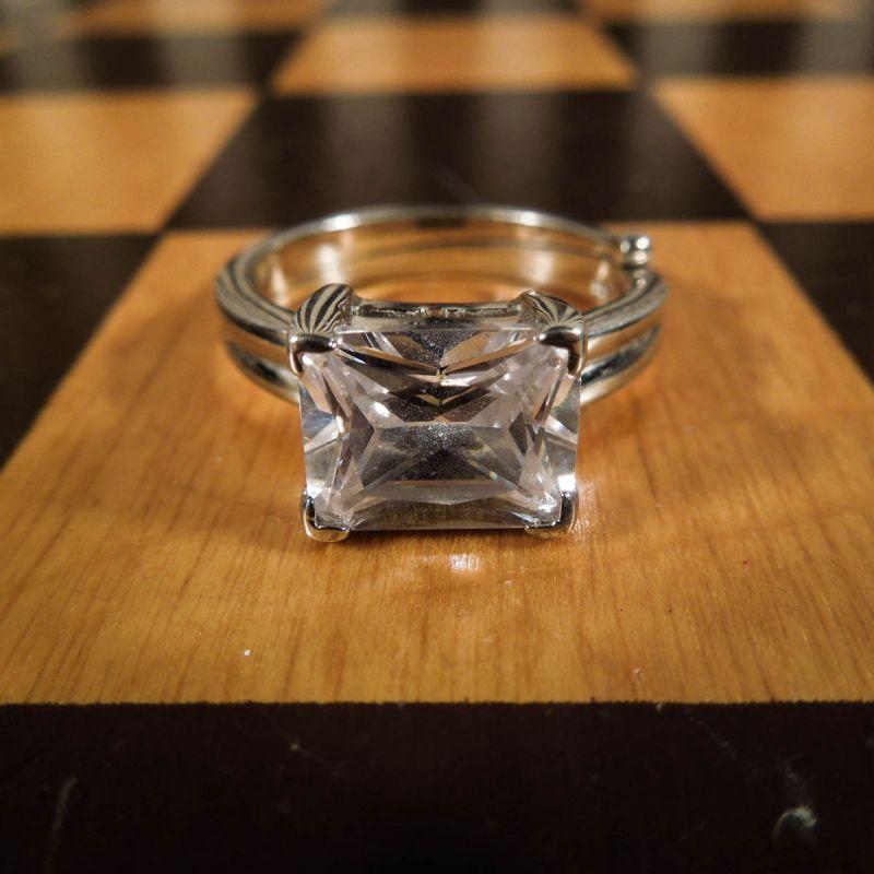 Lækreste vintage ring i sterling sølv med stor, facetteret sten!