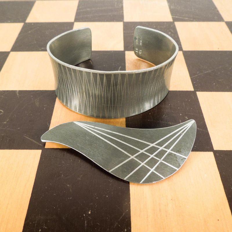 Geometrisk tin-klemme armbånd fra Vejle samt broche fra Friese. Smukt vintage sæt.