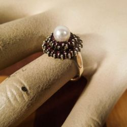 Vintage ring i forgyldt sølv med dybrøde granater og Akoya perle