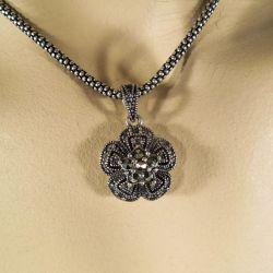 Vintage halskæde i sterling sølv formet som blomst med magasitter.
