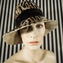 Vintage dame hat i filt med leopard mønster.