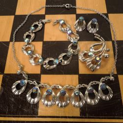 Vintage smykkesæt fra Herman Siersbøl med flerfarvede glassten.