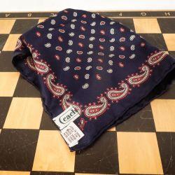 En lækker lille vintage charmeklud i silke fra Cacharel. Paisley-mønster.
