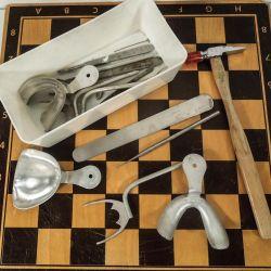 Kasse med diverse vintage tandlægeredskaber. Alt muligt til bl.a. gebisafstøbninger