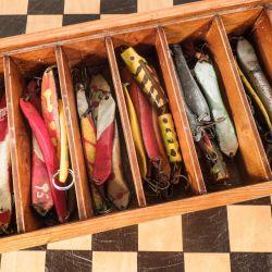 Fineste vintage kasse med en masse forskellige hjemmelavede fiskeblink.