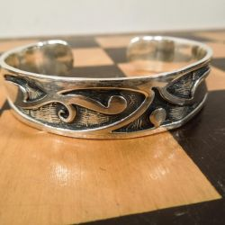 Smukt arm ring i massivt sølv.