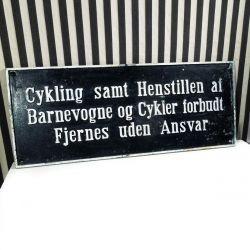Vintage jernskilt med cykel parkering forbudt