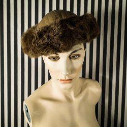 Vintage hat i skind & pels fra den danske haute couture mester; Jean Voigt.
