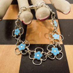 Vintage armlænke med lyseblå emalje-forglemmigej i forgyldt sterling sølv fra Michelsen.