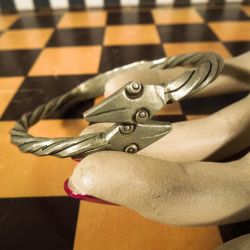 Vintage tin armbånd med slangehoveder