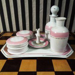 Den fineste antikke porcelæns-bakke med toilet-garniture.