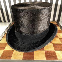 Udsøgt antik høj hat i muldvarpeskind med original æske fra Magasin