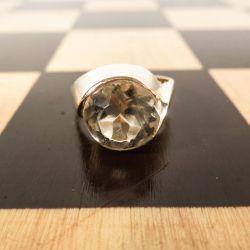 En meget smuk guld, design-ring med klar facettet sten.