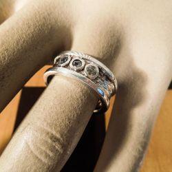 Kraftig design sølv ring fra Deus med tre klare sten.