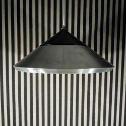 Vintage spageage kegleformet lampe udført i alu, delvist sortbemalet.