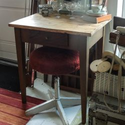 Antik skrivebord i træ med skuffe. Rigtig fin patina! Lille & fin!
