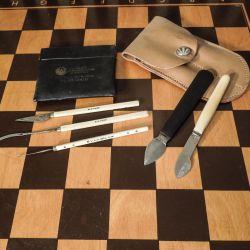 Samling af gamle kirurgiske knive/instrumenter. Primært elfenben skafter.