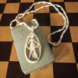 Sublim halskæde i elfenben med hånd-udskåret vedhæng