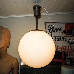 Stor, smuk, hvid vintage glaskugle lampe med chrom-skjuler.