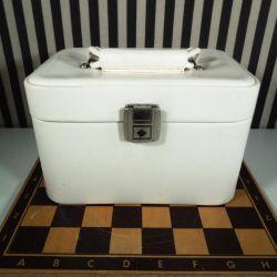 Vintage beautybox i hvidt kunststof.