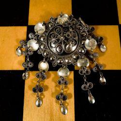 Vintage søjle broche med tilhørende øreskruer i sølv. Filigran-arbejde!
