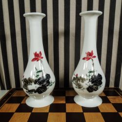 Et sæt smukke antikke opaline vaser i glas.