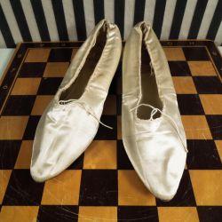 Antik sæt morgen-sko i champagnefarvet silke