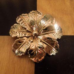 Vintage blomster-broche i guld