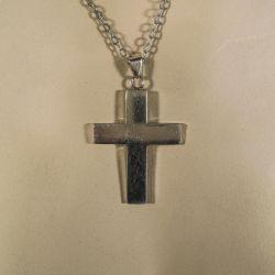 Helt enkelt & kraftigt vintage sølv kors i halskæde ligeledes i sølv.