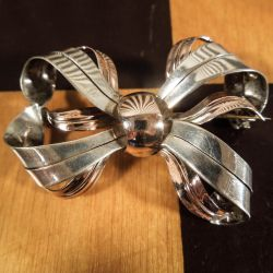 Vintage sløjfe-broche i sølv fra Viggo Wollny.