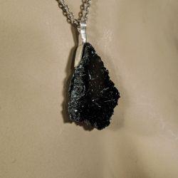 Vintage sølvhalskæde med vedhæng prydet med skinnende sorte krystaller