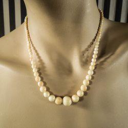 Antik halskæde af polerede elfenbens perler i forløb