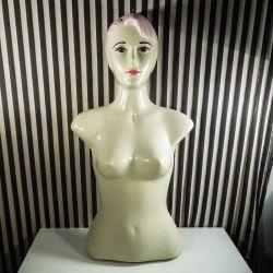 Vintage kvinde-relief i plastik beregnet til ophæng!