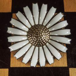 Marguerit broche fra Georg Jensen i forgyldt sølv & hvid emalje!