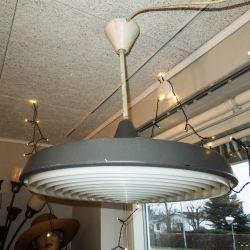 Super cool, vintage industri loftslampe i den kraftig patinerede stil.
