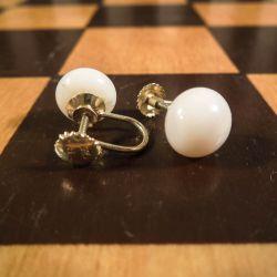 Vintage øreskruer i guld med store perler af hvid koral!