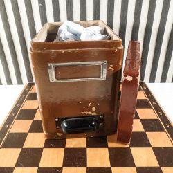 vintage dåse fyldt med gamle gebisafstøbninger.