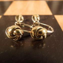 Vintage øreskruer med fine klassiske knuder i guld