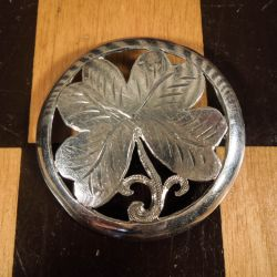 En super flot broche, med symbolet for held - et smukthåndlavetfirkløver,i sølv.