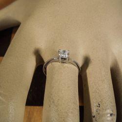 Særdeles lækker prinsesse-ring med stor skinnende zirkonia-sten i hvidguld!