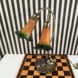 Særdeles smuk Art Noveau inspireret bordlampe med de smukkeste græskarblomster i glas!