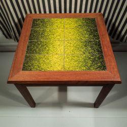 Vintage teak bord med meget flotte gul/grønne kakler!