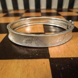 Vintage sølv-armbånd med præget mønster med små blomster-buketter!