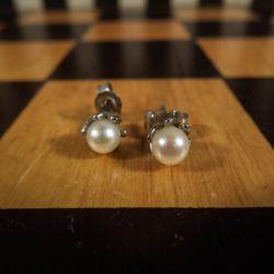 Smukke ørestikkere i hvidguld med ægte Akoya-perler.