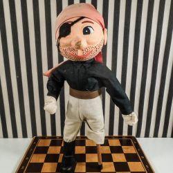 Skønneste vintage pirat-dukke med originalt tøj og træ-ben!