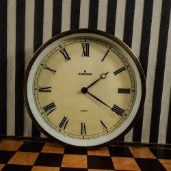 Super tjekket vintage væg-ur fra Junghans med messing-ramme!